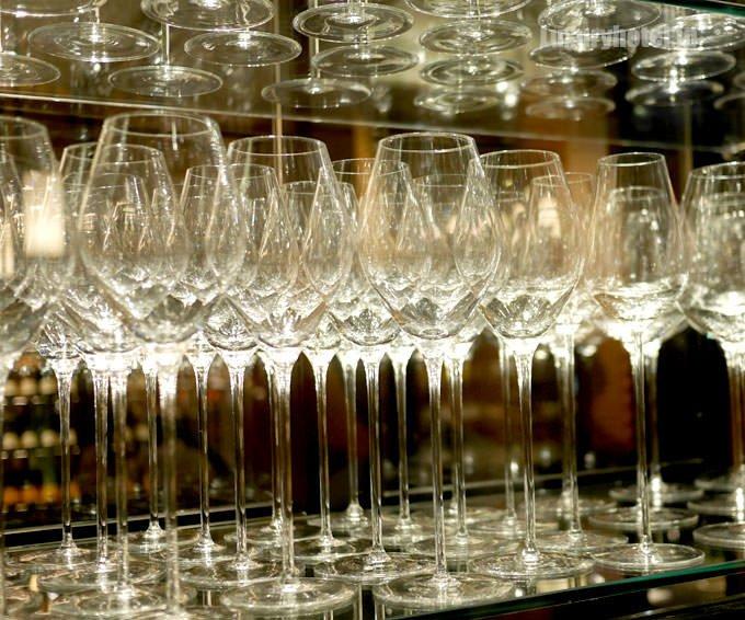 ワインセラーの中にあるワイングラス