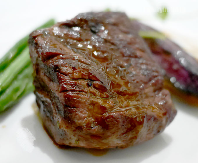 USプライム牛フィレ、ポテトピュレ、淡路島産にんじんのロースト、インゲン豆のソテー 赤ワインソース 拡大画像