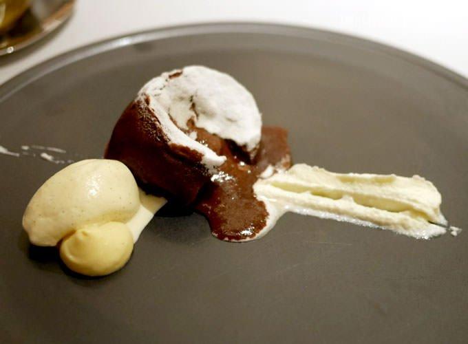温製チョコレートフォンダン、マスカルポーネクリーム添え