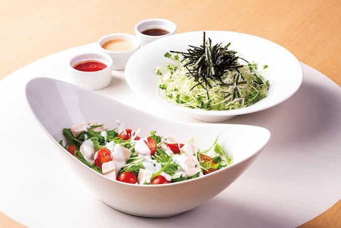 「スチームチキンと水菜のサラダ ヨーグルトドレッシングがけ」「旬のキャベツと揚げじゃこのサラダ」