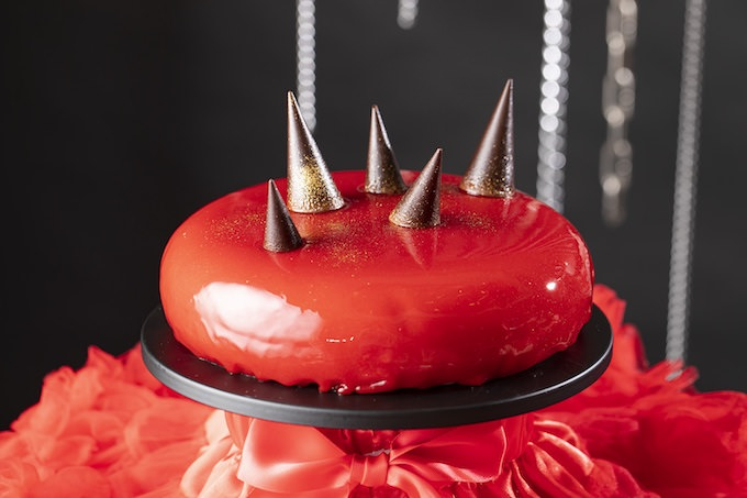 赤いスタッズケーキ