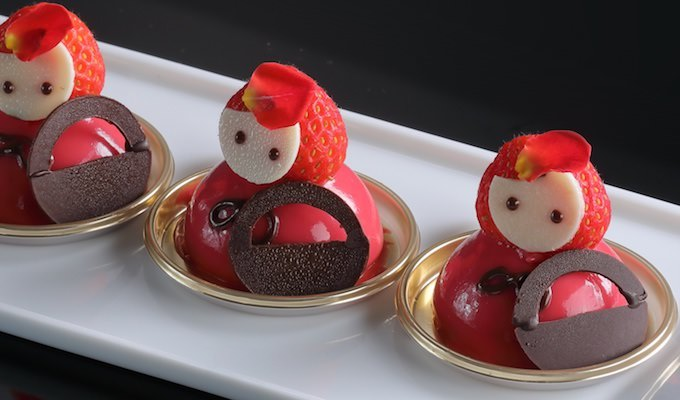 赤ずきんちゃんを模したスイーツ(いちごとチョコレートのムース)