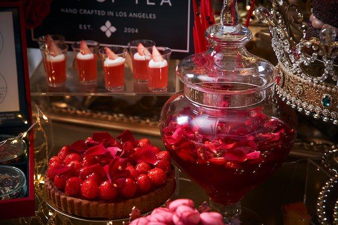『美女と野獣~ローズが香るガーデンパーティ~』のバラや苺を使用したスイーツ